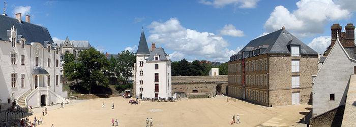 https://upload.wikimedia.org/wikipedia/commons/thumb/b/be/Ch%C3%A2teau_des_ducs_de_Bretagne_-_EDIT.jpg/700px-Ch%C3%A2teau_des_ducs_de_Bretagne_-_EDIT.jpg