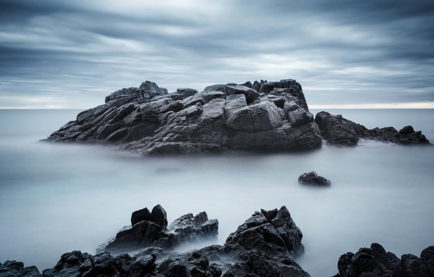 more-nebo-kamni-skaly-oblaka-kholodnye-tona-bereg.jpg